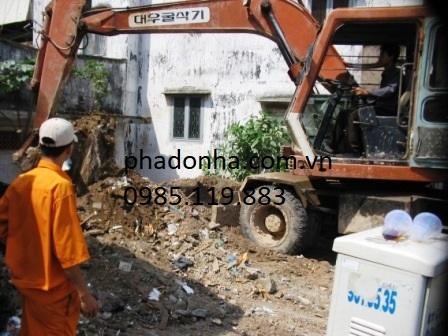 Xúc đổ đất thải xây dựng